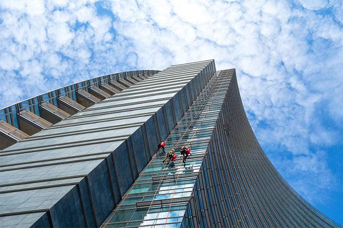 Czy trudno znaleźć usługi alpinistyczne w Warszawie?