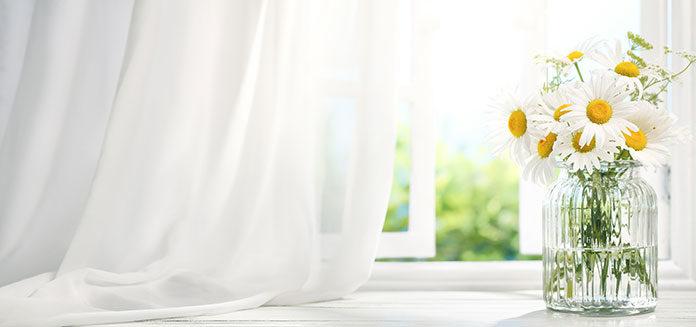 Karnisze, okna, rolety, parapety - jak często je czyścić?
